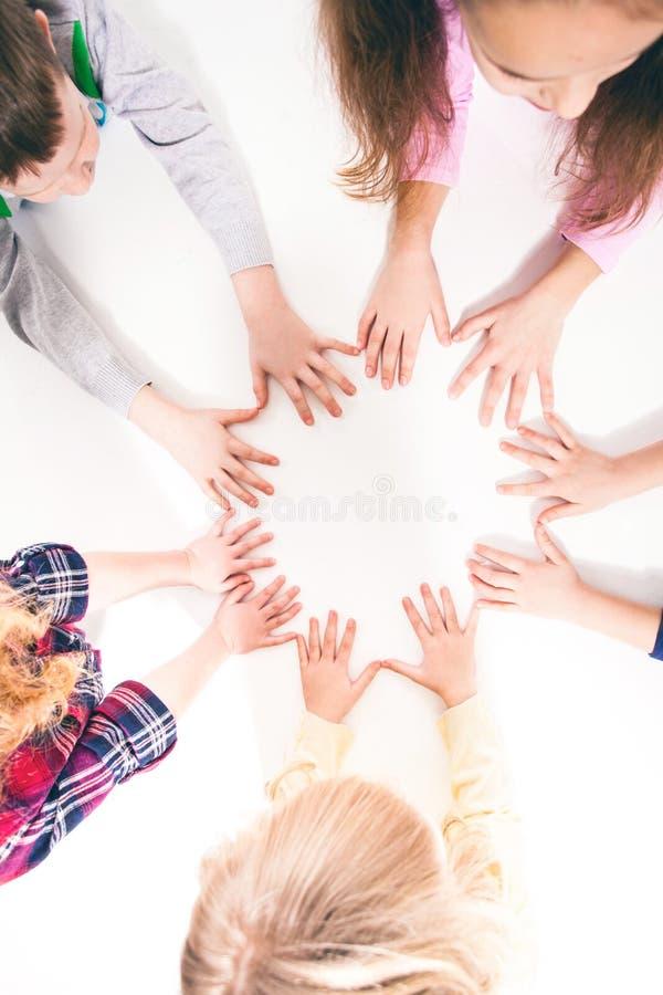 As crianças são unidas para a amizade foto de stock
