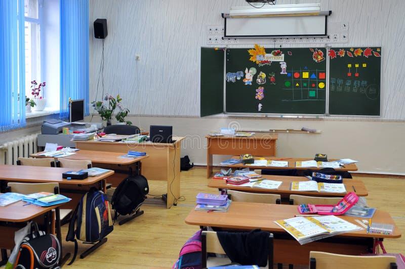 As crianças sairam da sala de aula que deixa coisas nas mesas fotografia de stock royalty free