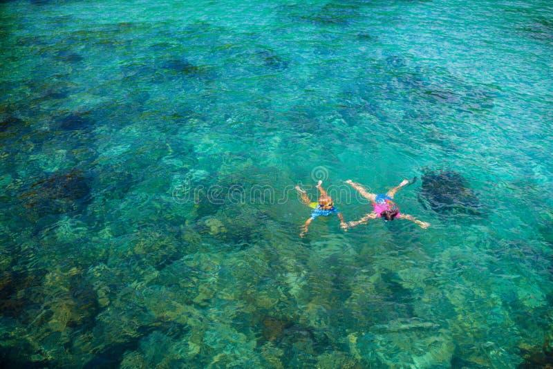 As crian?as mergulham Crianças que mergulham no mar tropical fotos de stock royalty free