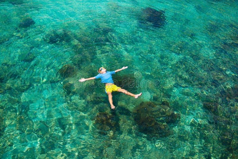 As crian?as mergulham Crianças que mergulham no mar tropical imagem de stock royalty free