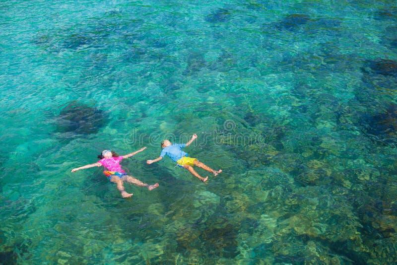 As crian?as mergulham Crianças que mergulham no mar tropical imagens de stock royalty free