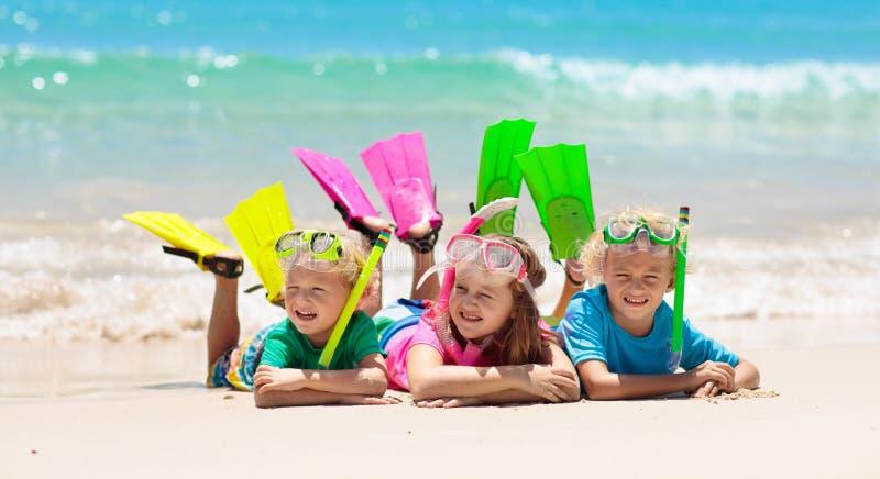 As crian?as mergulham Crianças que mergulham no mar tropical fotografia de stock royalty free