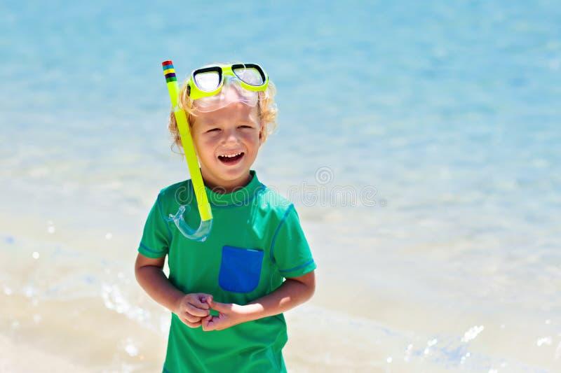 As crian?as mergulham Crianças que mergulham no mar tropical foto de stock royalty free