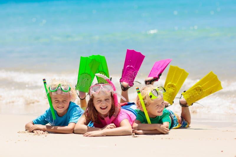 As crian?as mergulham Crianças que mergulham no mar tropical imagem de stock