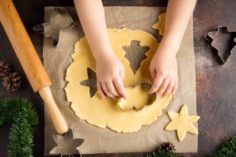 As crian?as que cozinham cookies do Natal, cortaram a massa com cortador da cookie, tradi??es da fam?lia, alimento doce delicioso imagens de stock