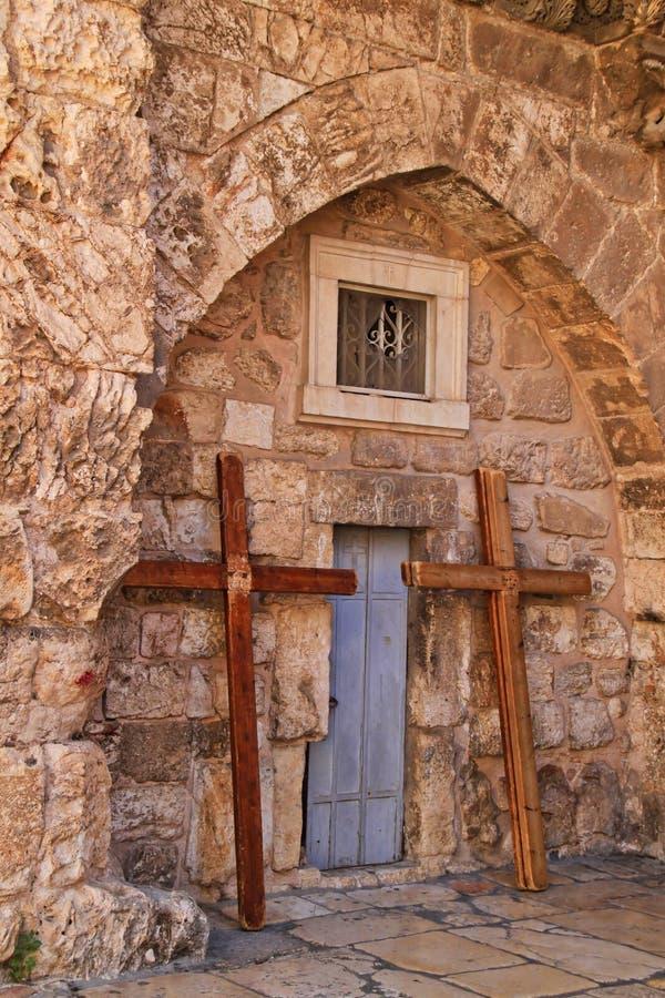 As cruzes inclinam-se contra a igreja do santamente enterram no Jerusalém imagem de stock