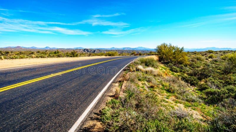 As curvas delicadas de Bartlett Dam Road como ele enrolam através do deserto do Arizona fotografia de stock royalty free