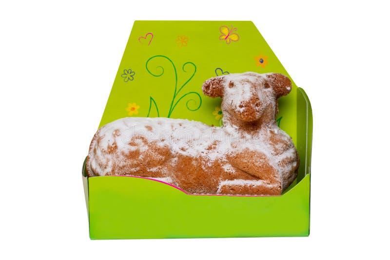 As decorações da Páscoa isolaram-se Macro do bolo tradicional do cordeiro de easter com açúcar pulverizado em uma caixa de presen fotos de stock