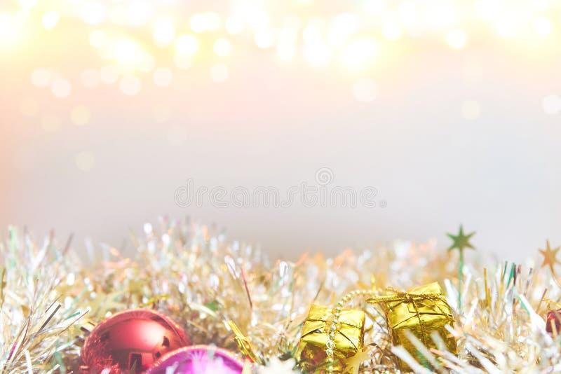 As decorações do Natal com bokeh iluminam-se no fundo branco imagem de stock