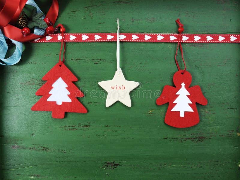 As decorações do Natal no vintage esverdeiam o fundo de madeira, com os ornamento de suspensão de feltro imagem de stock