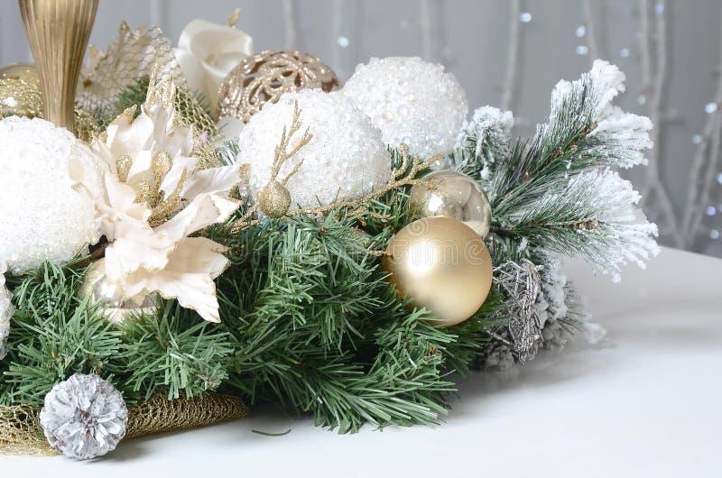 As decorações e os brinquedos do Natal encontram-se na superfície de um piano de cauda branco Do Natal vida ainda fotografia de stock royalty free
