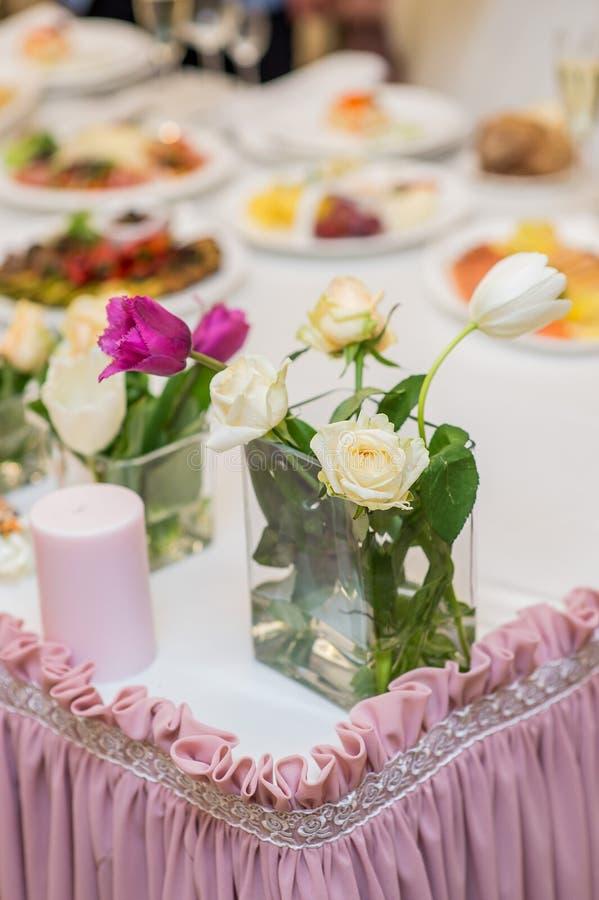 As decorações no casamento florescem o cenário fotos de stock