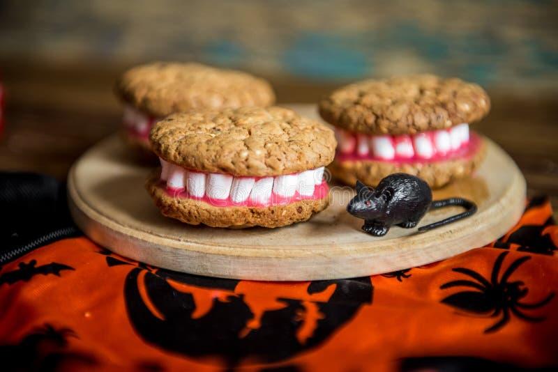 As dentaduras de Dracula para Dia das Bruxas fizeram das cookies e do marshmallow imagens de stock