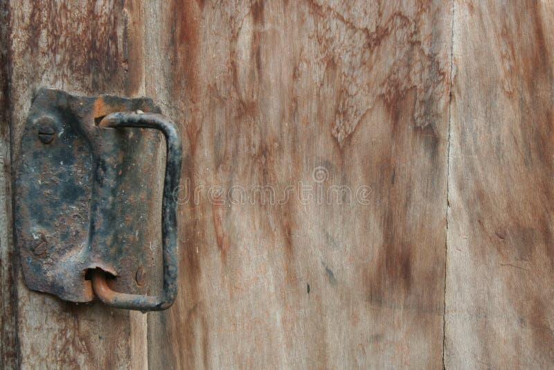 As dobradiças de porta da oxidação e o de madeira bonito fotos de stock