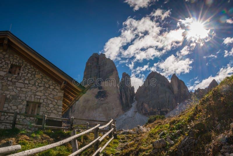 As dolomites de Italien, Tirol sul e italien cumes, cenário bonito da montanha, tre CIME di lavaredo fotografia de stock royalty free