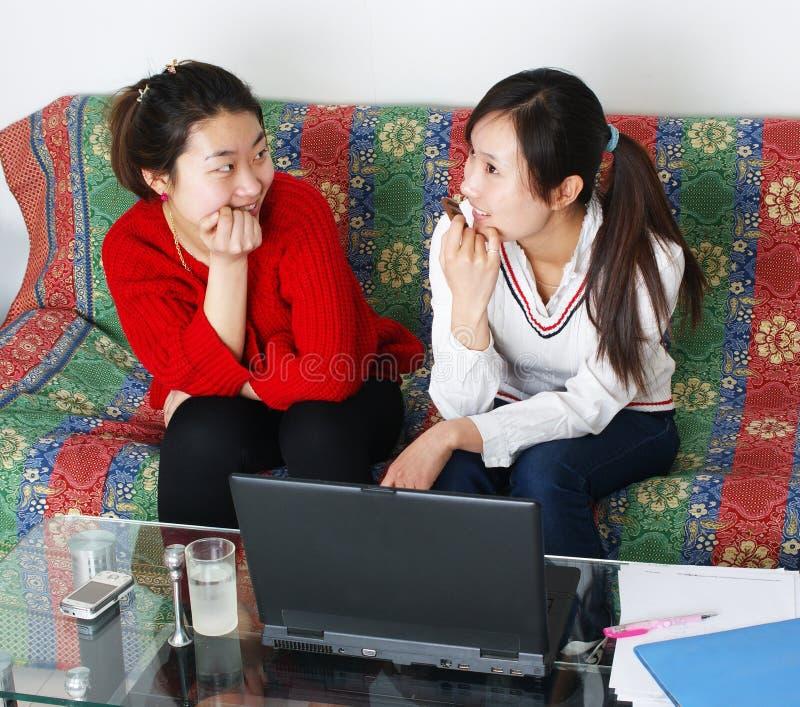 As duas mulheres são diálogo foto de stock