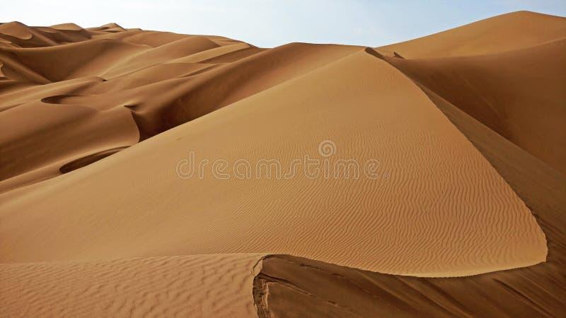 As dunas de areia encaracolada no deserto iraniano foto de stock royalty free