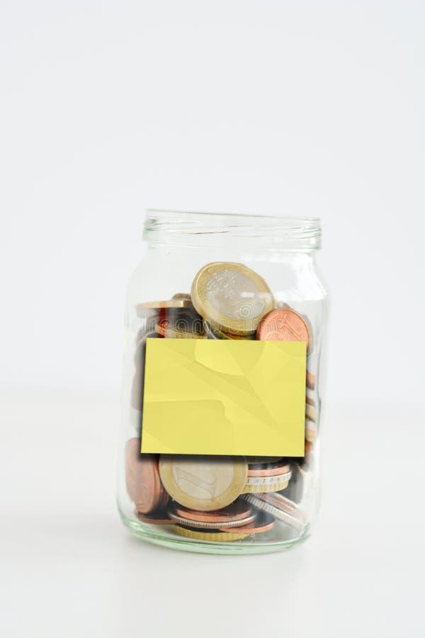 As economias rangem completamente das moedas isoladas no fundo branco com etiqueta vazia ou vazia fotografia de stock