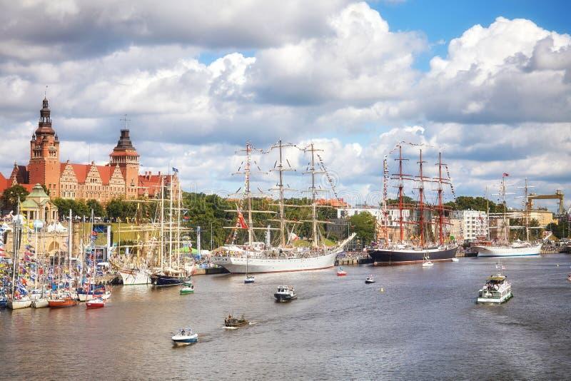 As embarcações de navigação ancoradas na terraplenagem de Chrobry durante o final dos navios altos competem 2017 imagem de stock royalty free