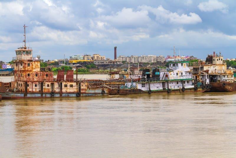 As embarcações velhas ancoraram em Ganges imagens de stock royalty free