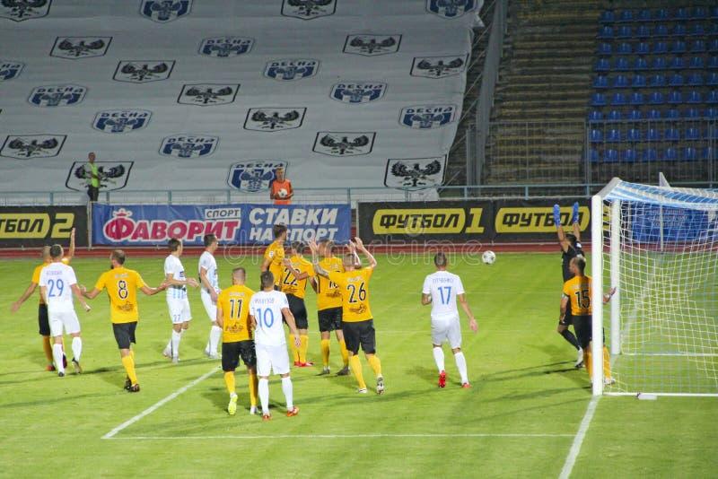 As equipas de futebol Desna Chernihiv e Alexandria jogam o fósforo de futebol imagens de stock