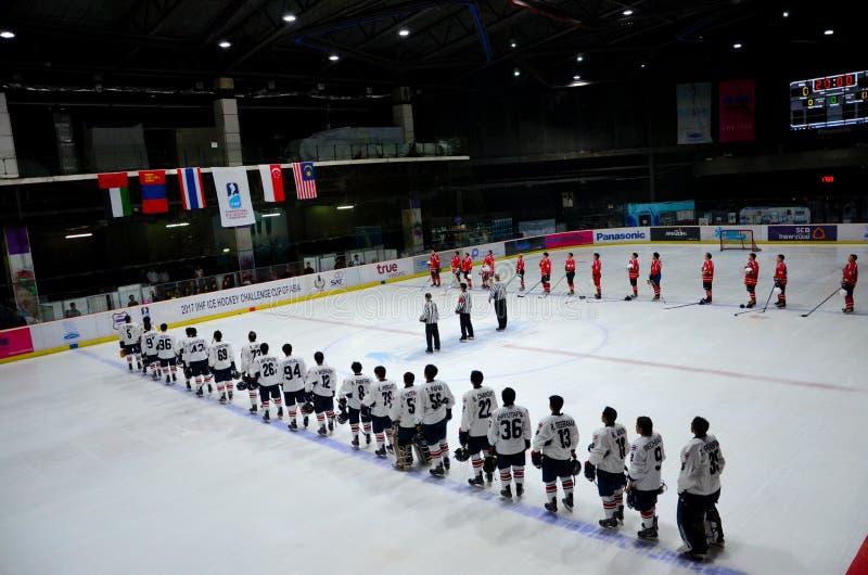 As equipes de hóquei em gelo de Tailândia e de Mongólia representam o hino nacional na pista Banguecoque Tailândia imagem de stock royalty free