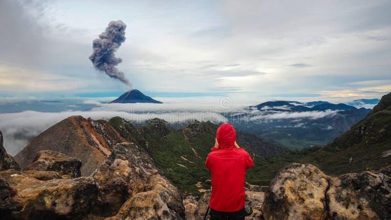 As erupções do vulcão de Gunung Sinabung, vista da montagem Sibayak fotografia de stock royalty free