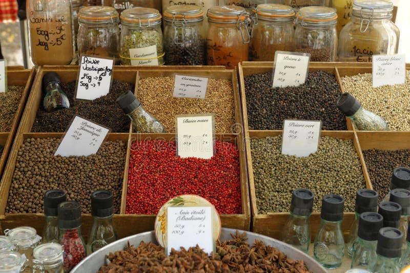 As ervas introduzem no mercado em Provence imagem de stock
