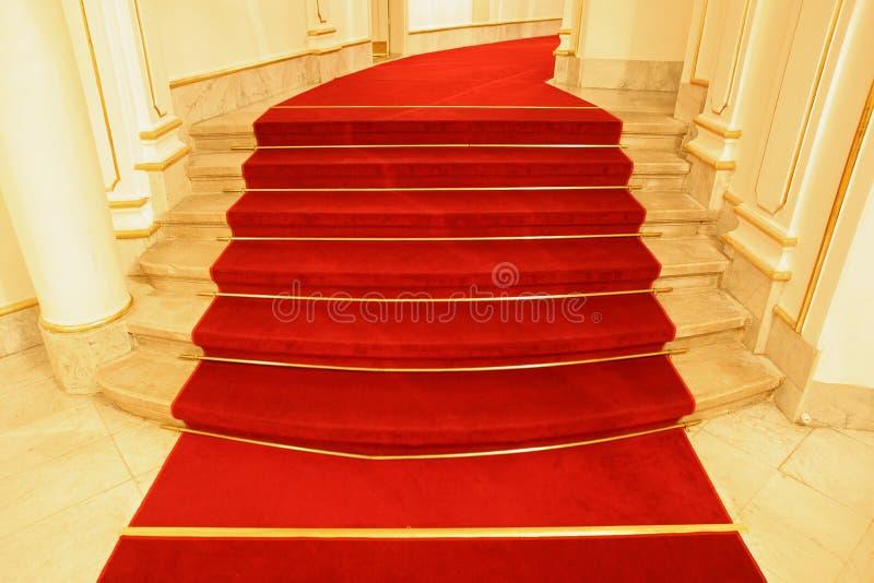 As escadas cobriram o tapete vermelho foto de stock