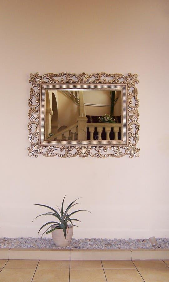 As escadas com a balaustrada no espelho foto de stock