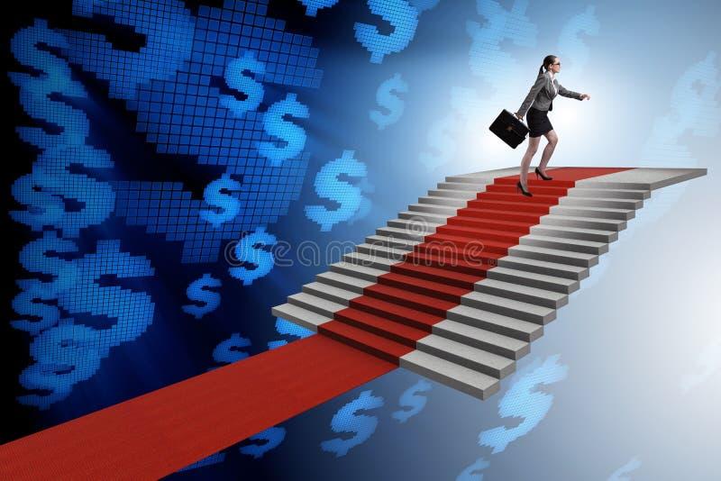 As escadas de escalada da mulher de negócios nova e o tapete vermelho fotos de stock royalty free