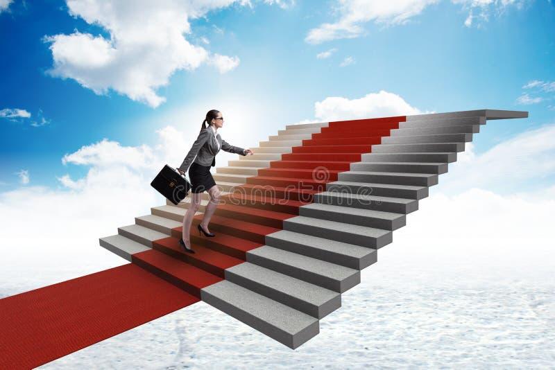 As escadas de escalada da mulher de negócios nova e o tapete vermelho foto de stock royalty free