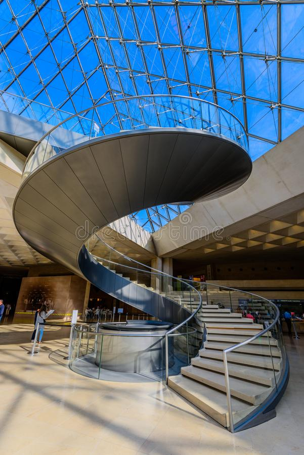 As escadas espirais da pirâmide do museu e do vidro do Louvre foto de stock royalty free