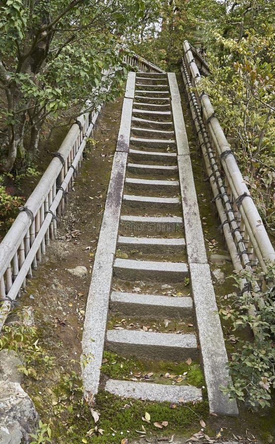 As escadas fizeram da pedra no parque dourado do pavilhão imagens de stock