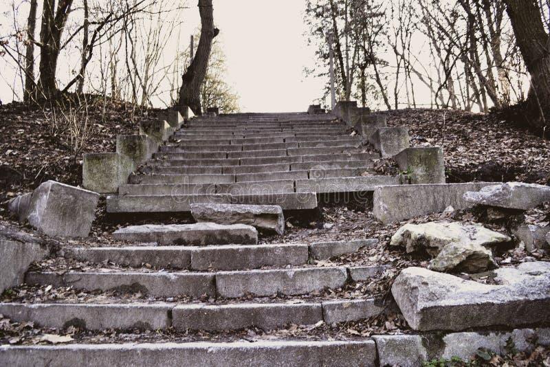 As escadas quebradas velhas Escadas envelhecidas acima foto de stock royalty free