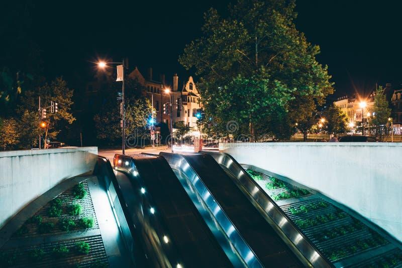 As escadas rolantes ao metro em Du Pont circundam na noite, em Washington foto de stock royalty free