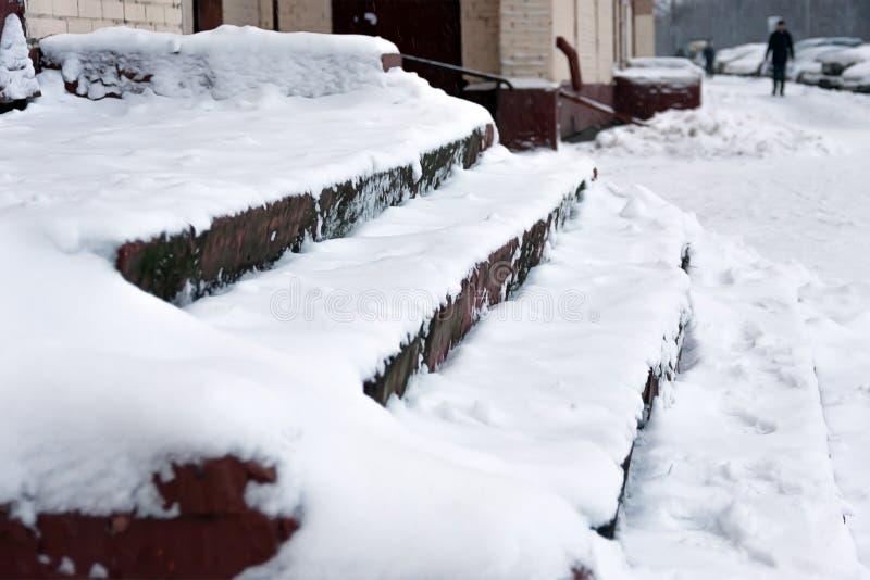 As escadas são cobertas com a neve gravata O problema da remoção de neve na cidade Não limpado imagens de stock