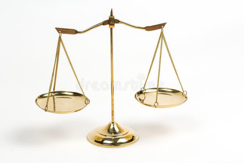 As escalas douradas de justiça para a decoração da sala do tribunal do advogado objetam foto de stock