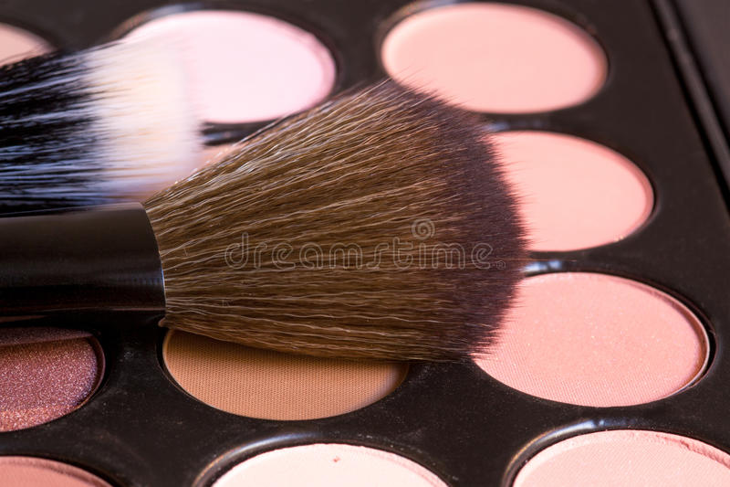 As escovas com sombras para os olhos cremosas para compõem imagem de stock