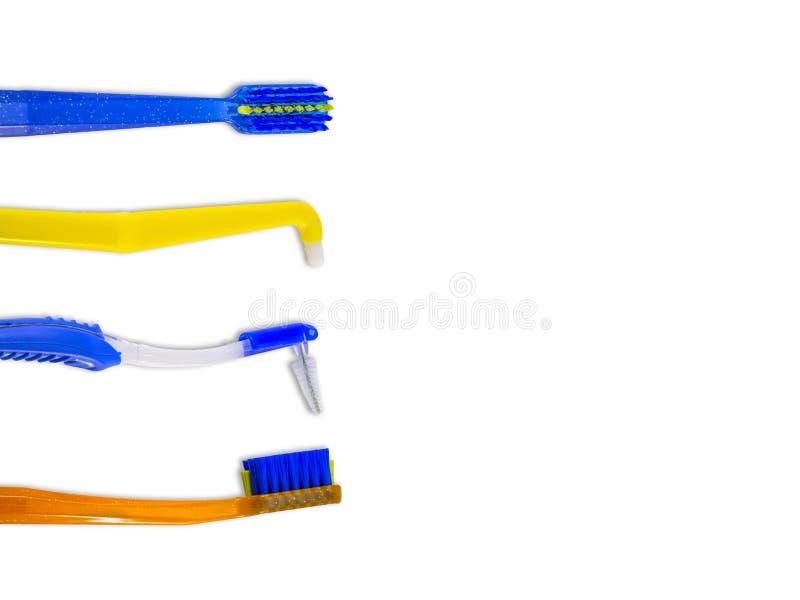 As escovas de dentes especiais para o cuidado das cintas suportam sistemas, na fileira, isolada no fundo branco, vista superior,  imagens de stock royalty free