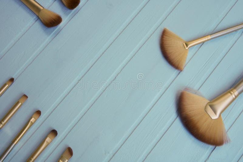 As escovas e as ferramentas profissionais da composição para a mulher, compõem produtos imagem de stock royalty free