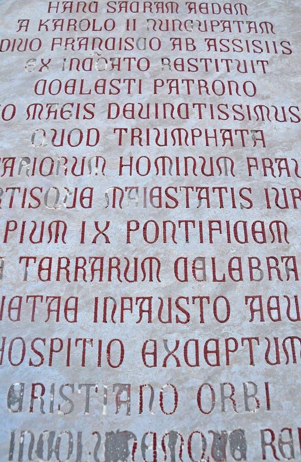 As escritas antigas na parede da catedral Tempio di San fotos de stock