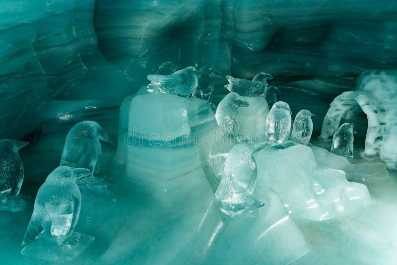As esculturas de gelo bonitas no gelo de Jungfraujoch escavam um túnel imagem de stock