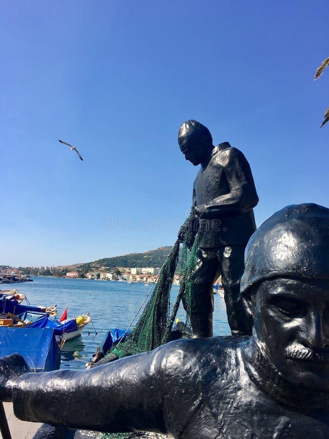 As esculturas do pescador no meio da FOCA velha abrigam Izmir A cidade herdou seu namePhokaia b imagens de stock royalty free