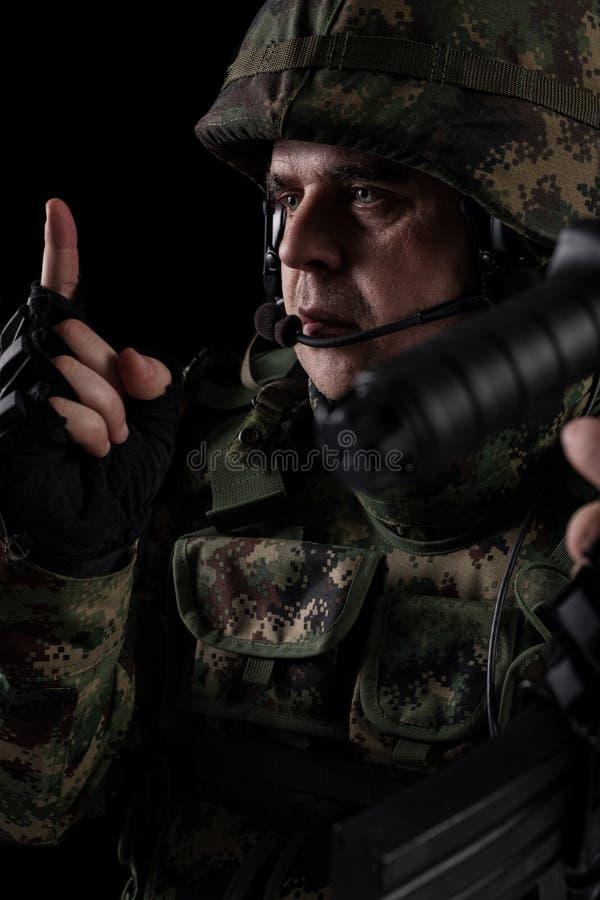 For?as especiais do soldado com o rifle no fundo escuro fotos de stock