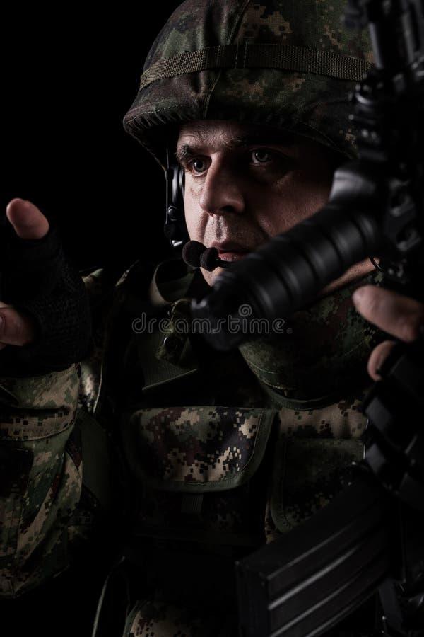 For?as especiais do soldado com o rifle no fundo escuro fotografia de stock royalty free