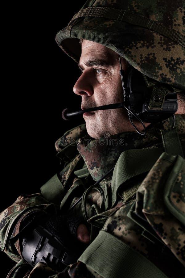 For?as especiais do soldado com o rifle no fundo escuro imagens de stock royalty free