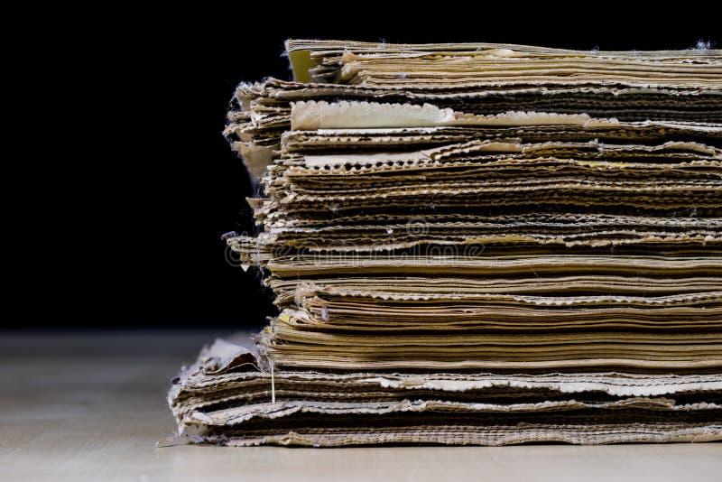 Download As Espinhas Dos Livros Velhos Que Encontram-se Na Pilha Livros Empilhados No Foto de Stock - Imagem de fundo, colorido: 107529102