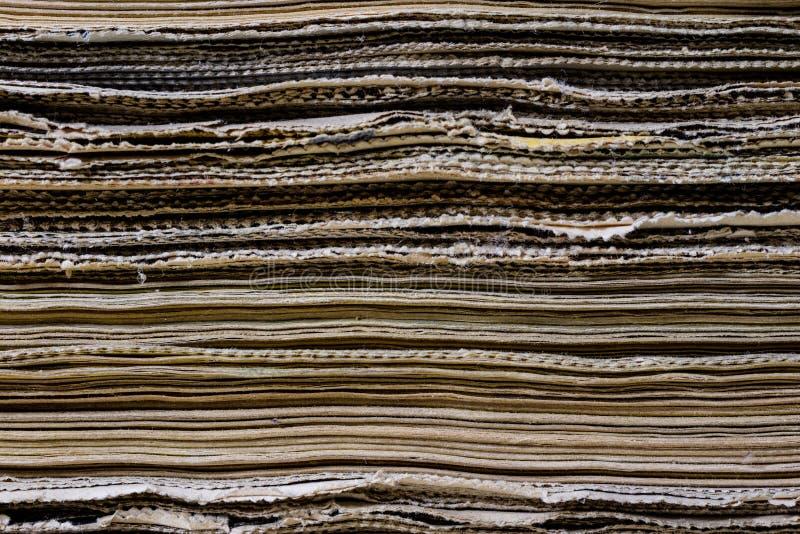 Download As Espinhas Dos Livros Velhos Que Encontram-se Na Pilha Livros Empilhados No Foto de Stock - Imagem de retro, tampa: 107529236