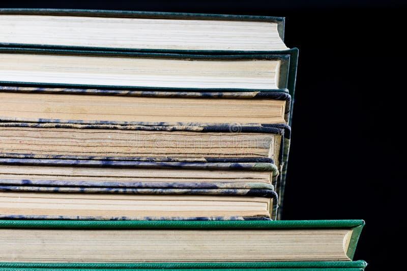 Download As Espinhas Dos Livros Velhos Que Encontram-se Na Pilha Livros Empilhados No Imagem de Stock - Imagem de papel, página: 107529317